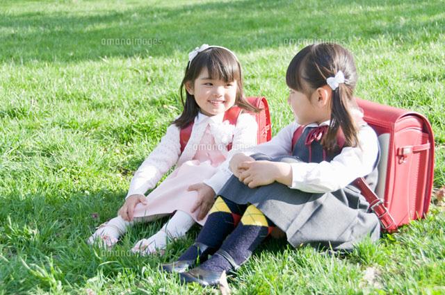 芝生の上で話す新入学生 (c)DAJ