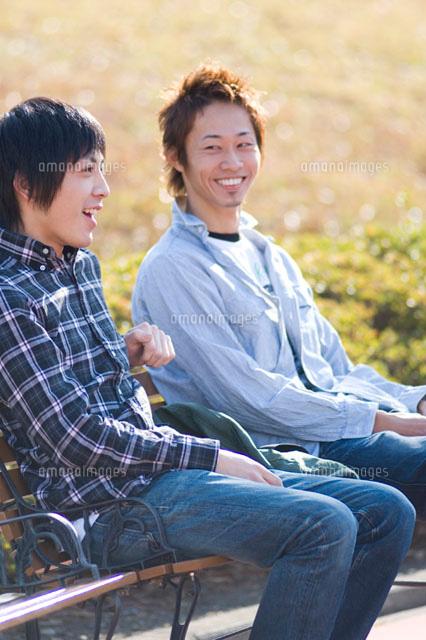 ベンチに座る学生 (c)DAJ