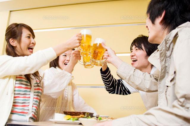 乾杯をする若者たち (c)DAJ