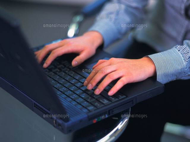 パソコンを打つ手 (c)daj