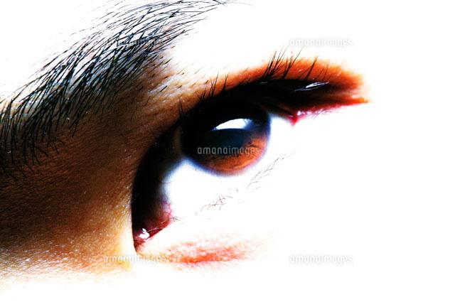 見つめる男性の目 (c)daj