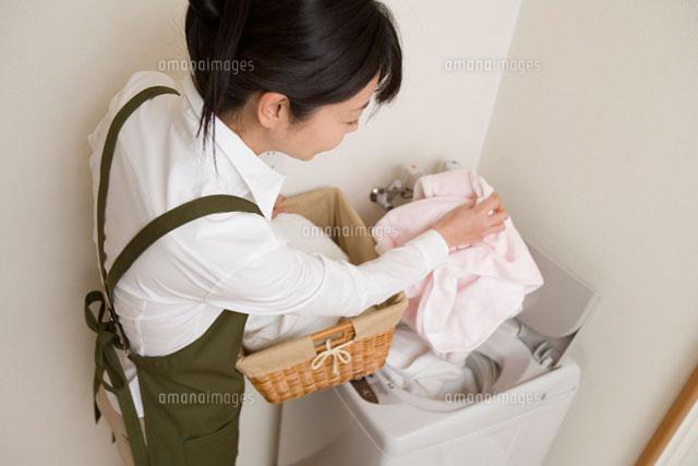 洗濯をする女性 (c)daj