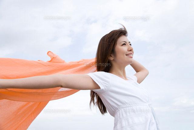 風を受ける女性 (c)daj