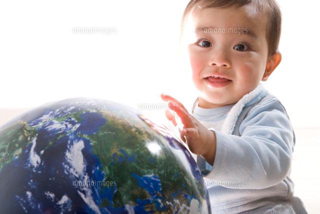 地球の模型と赤ちゃん (c)DAJ