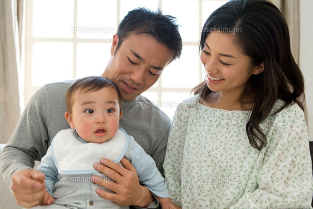 赤ちゃんを抱いた父と母 (c)DAJ