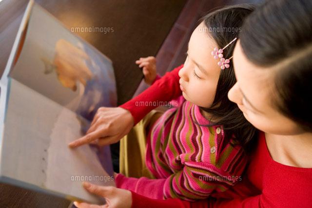 本を読む母親と女の子 (c)DAJ