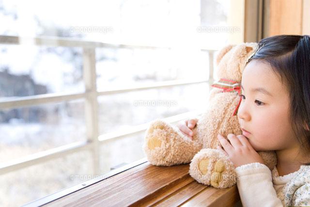窓の外を眺める女の子 (c)DAJ