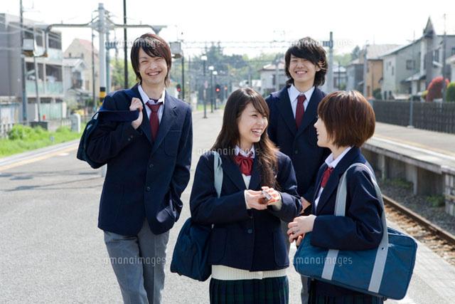 ホーム内で会話しながら歩く高校生たち (c)DAJ