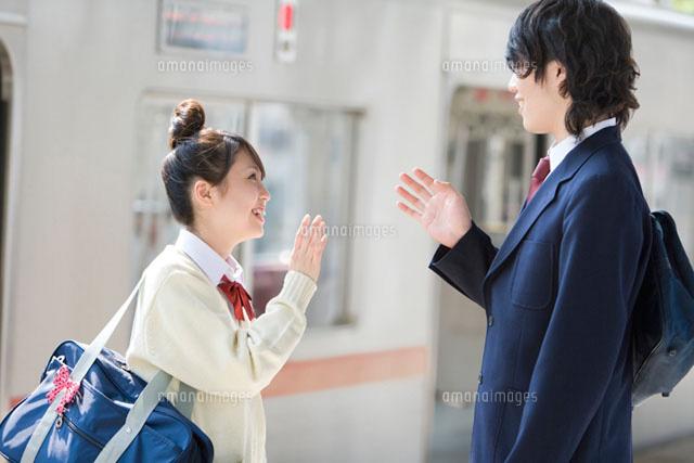 駅のホームで会話をする高校生 (c)DAJ