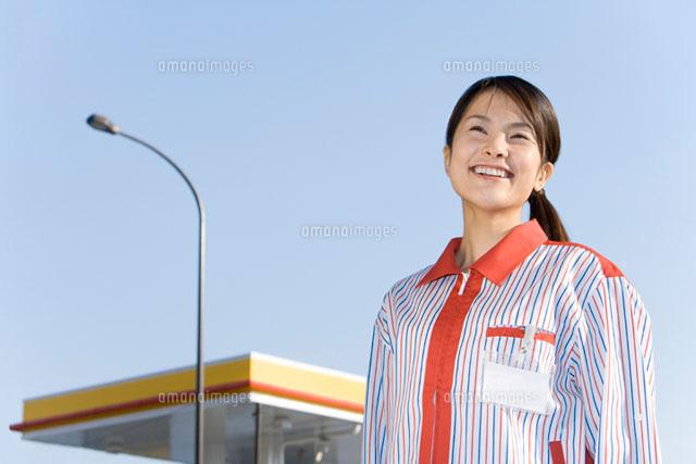 ガソリンスタンドの女性店員 (c)DAJ