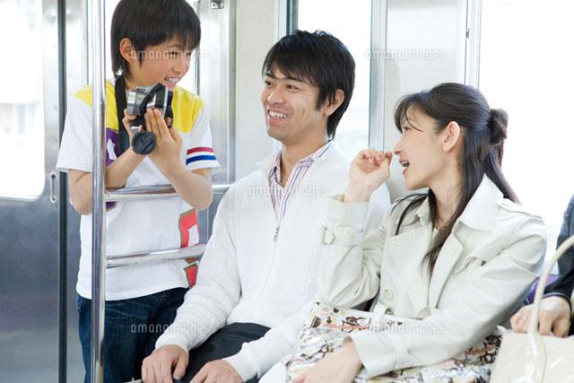 電車内で楽しそうに会話をする家族 (c)DAJ