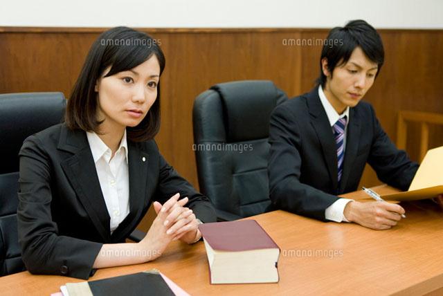 真剣な表情の弁護士 (c)DAJ