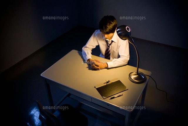 取調室に座ったビジネスマン (c)DAJ
