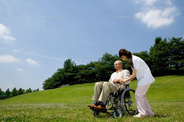 介護士と車椅子のシニア男性 (c)daj