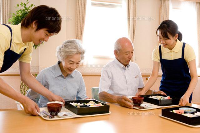 老人ホームでの昼食 (c)daj