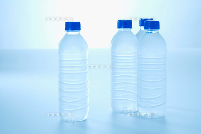 ペットボトルと水 (c)ELEMeNT