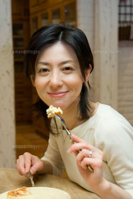 フォークを持った微笑む女性 (c)daj