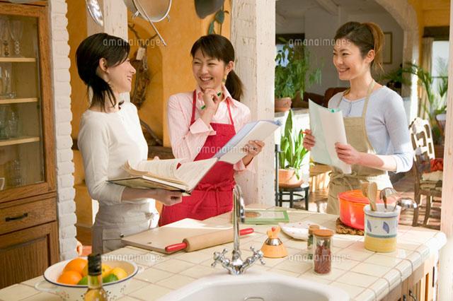 キッチンに立っている三人の女性 (c)daj