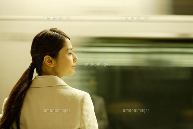 通過する列車と女性 (c)DAJ