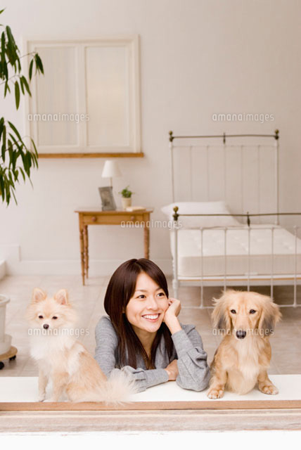 窓辺にくつろぐ女性と犬 (c)DAJ