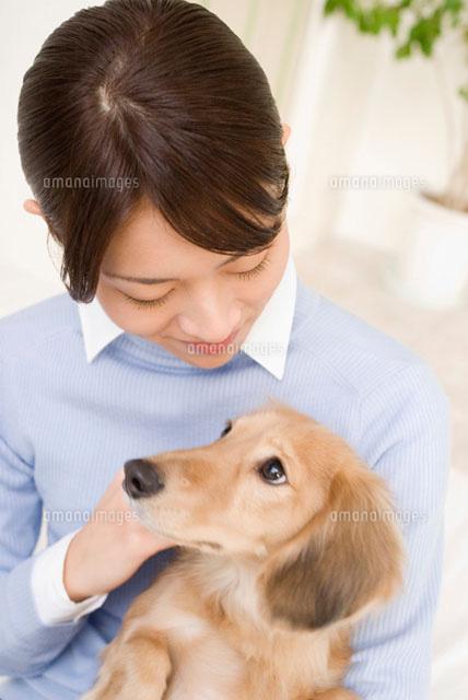 犬を抱く女性 (c)DAJ