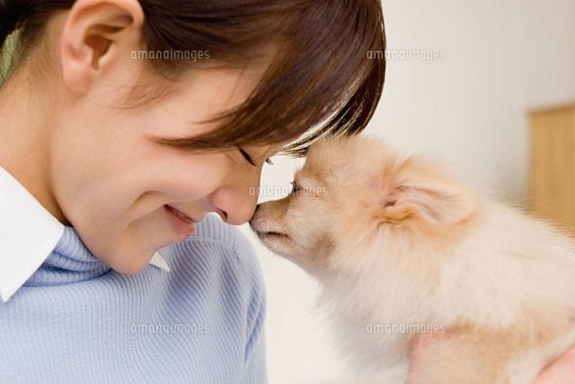 犬と触れ合う女性 (c)DAJ
