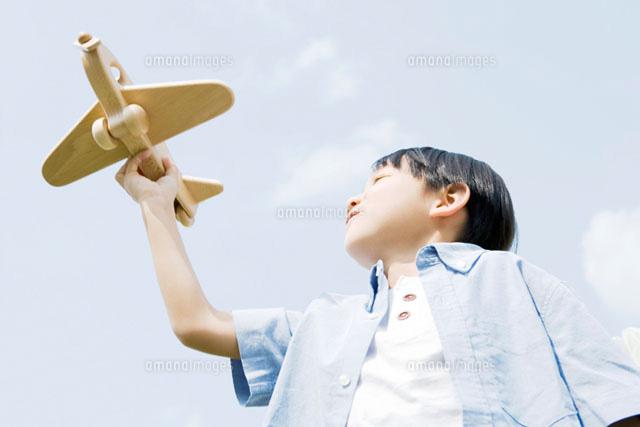 おもちゃの飛行機を手に持つ男の子 (c)DAJ
