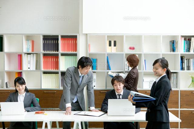 オフィスで働く男女 (c)DAJ