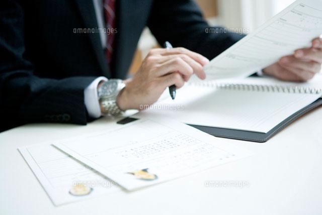 履歴書を見る面接官の手元 (c)DAJ