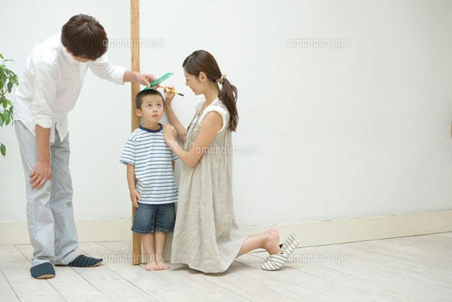 息子の身長を測る両親 (c)DAJ