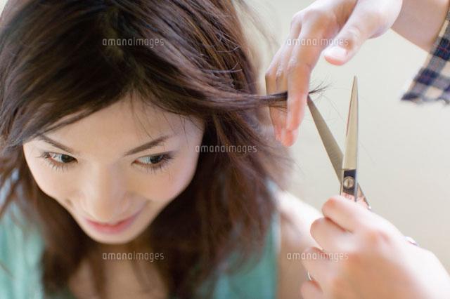 髪を切ってもらう女性 (c)daj