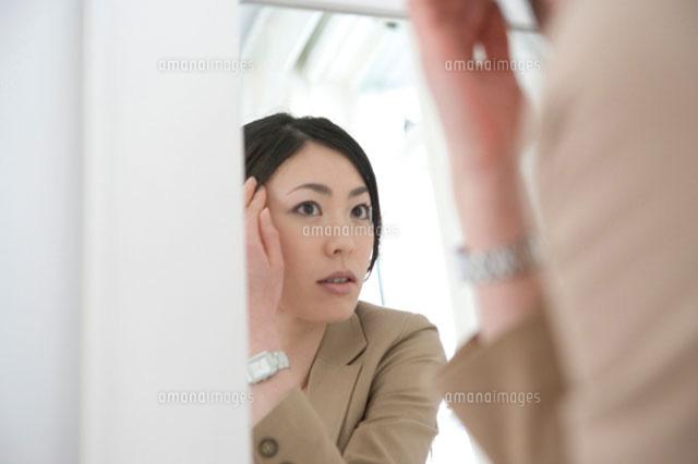 鏡を見る女性 (c)daj