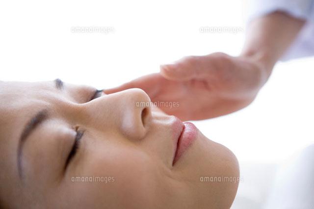 肌を診察される女性 (c)DAJ