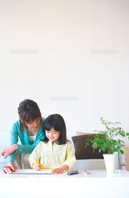 リビングでお絵かきをする母と娘 (c)Kiyoshi Tanaka/a.collectionRF