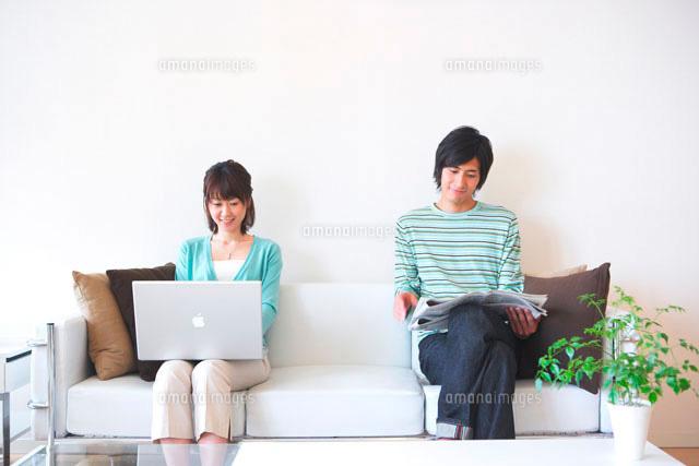 ソファで寛ぐカップル (c)Kiyoshi Tanaka/a.collectionRF