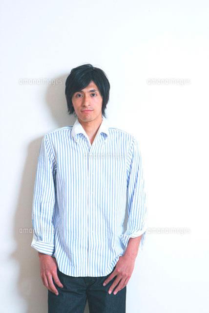 壁の前に立つ男性 (c)Kiyoshi Tanaka/a.collectionRF