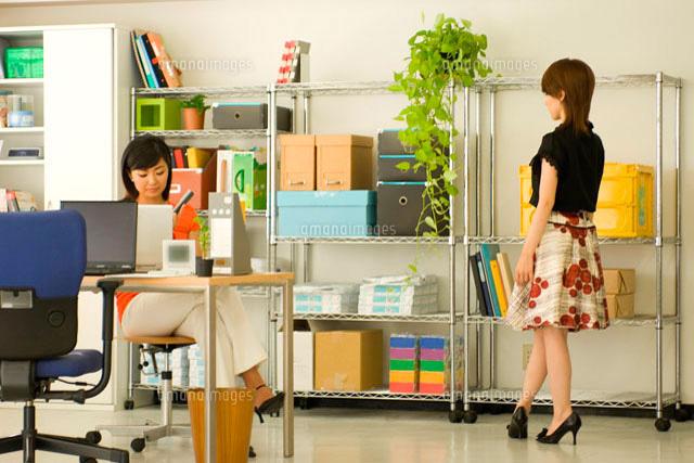 オフィスで仕事をする2人の20代日本人女性 (c)LUSH LIFE/a.collectionRF