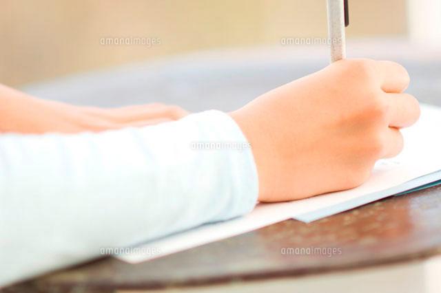 手紙を書く日本人の女の子の手 (c)LUSH LIFE/a.collectionRF