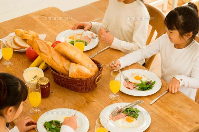 食事をする日本人の女の子たち (c)LUSH LIFE/a.collectionRF