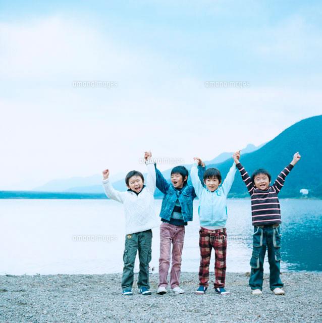 湖畔で手を繋いではしゃぐ4人の男の子 (c)Tomozo/a.collectionRF