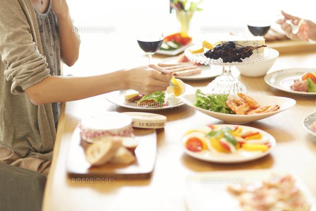 ワインのある食事を楽しむ女性の手 (c)apjt