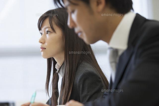 メモをとりながら講義を聴くビジネス男女 (c)apjt