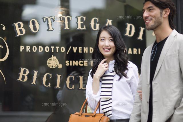 ウィンドウショッピングを楽しむ男性と女性 (c)apjt