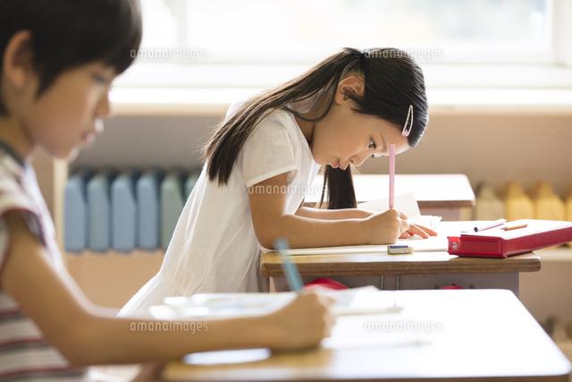 教室で授業を受ける小学生の女の子 (c)apjt