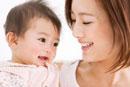 笑顔の母親と赤ちゃん