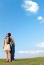 背中合わせになって空を見上げるカップル