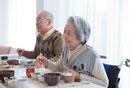 朝食を食べる笑顔の家族