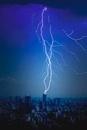 ビル街に落ちる雷