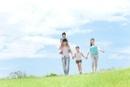 野原を歩く家族