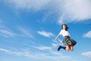 ジャンプする女子学生